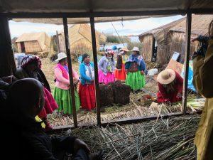 uitleg van de bewoonsters van een Uros eiland in het Titicaca meer