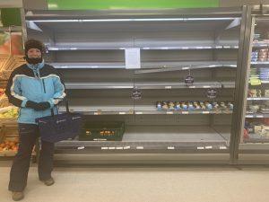 supermarkt met lege schappen voor groente en vlees